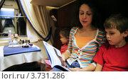 Купить «Мама читает сказку в поезде», видеоролик № 3731286, снято 30 марта 2011 г. (c) Losevsky Pavel / Фотобанк Лори