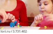 Купить «Мать с дочкой лепят фигуры из пластилина», видеоролик № 3731402, снято 19 марта 2011 г. (c) Losevsky Pavel / Фотобанк Лори