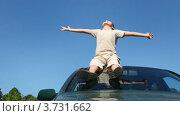 Купить «Мальчик появляется в кадре на крыше автомобиля», видеоролик № 3731662, снято 26 января 2011 г. (c) Losevsky Pavel / Фотобанк Лори