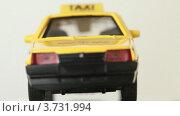 Купить «Игрушечная модель такси на белом фоне», видеоролик № 3731994, снято 23 апреля 2011 г. (c) Losevsky Pavel / Фотобанк Лори