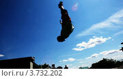 Купить «Человек делает сальто назад, спортсмен тренируется на открытом воздухе», видеоролик № 3732202, снято 11 апреля 2007 г. (c) Losevsky Pavel / Фотобанк Лори