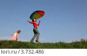 Купить «Мать с зонтиком и дочь прыгают по траве», видеоролик № 3732486, снято 14 марта 2011 г. (c) Losevsky Pavel / Фотобанк Лори