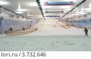 Купить «Люди катаются на лыжах в спортивном комплексе», видеоролик № 3732646, снято 22 марта 2011 г. (c) Losevsky Pavel / Фотобанк Лори