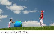 Купить «Мама с дочкой играют с надувным шаром в виде глобуса на поляне летом», видеоролик № 3732762, снято 11 января 2011 г. (c) Losevsky Pavel / Фотобанк Лори