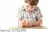 Купить «Мальчик с трудом открывает коробку с игрушкой», видеоролик № 3732870, снято 27 апреля 2011 г. (c) Losevsky Pavel / Фотобанк Лори