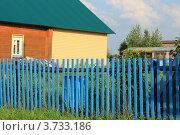 Деревенский дом за забором. Стоковое фото, фотограф Попова Ольга / Фотобанк Лори