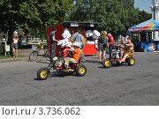 Купить «Люди гуляют по ВВЦ. Москва», эксклюзивное фото № 3736062, снято 3 августа 2012 г. (c) lana1501 / Фотобанк Лори