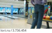 Купить «Семья играет в боулинг (таймлапс)», видеоролик № 3736454, снято 30 мая 2011 г. (c) Losevsky Pavel / Фотобанк Лори