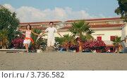 Купить «Влюбленная пара бежит по песку на фоне коттеджей», видеоролик № 3736582, снято 20 апреля 2006 г. (c) Losevsky Pavel / Фотобанк Лори