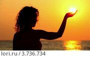 Купить «Солнце на закате в ладони у молодой женщины, которая стоит на фоне моря», видеоролик № 3736734, снято 14 апреля 2006 г. (c) Losevsky Pavel / Фотобанк Лори