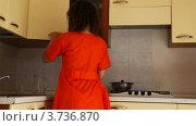 Купить «Девушка на кухне ставит кружки, стеклянный графин в шкаф», видеоролик № 3736870, снято 19 июня 2011 г. (c) Losevsky Pavel / Фотобанк Лори