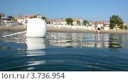 Купить «Белый буек на воде крупным планом на фоне пляжа и коттеджей», видеоролик № 3736954, снято 14 мая 2011 г. (c) Losevsky Pavel / Фотобанк Лори