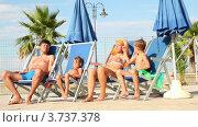 Купить «Родители и дети сидят в шезлонгах, и останавливают игру руками», видеоролик № 3737378, снято 25 мая 2011 г. (c) Losevsky Pavel / Фотобанк Лори