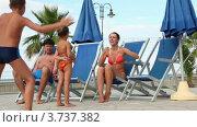 Купить «Родители сидят в шезлонгах и дети танцуют перед ними», видеоролик № 3737382, снято 6 июня 2011 г. (c) Losevsky Pavel / Фотобанк Лори