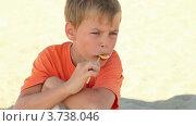 Купить «Мальчик сидит и ест леденец», видеоролик № 3738046, снято 21 мая 2011 г. (c) Losevsky Pavel / Фотобанк Лори