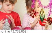 Купить «Дети осматривают новогодние украшения», видеоролик № 3738058, снято 18 июля 2011 г. (c) Losevsky Pavel / Фотобанк Лори
