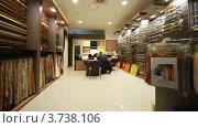 Купить «Посетители сидят за столом и выбирают шторы в магазине», видеоролик № 3738106, снято 6 августа 2011 г. (c) Losevsky Pavel / Фотобанк Лори