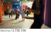 Купить «Маленькие дети веселятся с  падающимискусственным снегом», видеоролик № 3738158, снято 31 июля 2011 г. (c) Losevsky Pavel / Фотобанк Лори