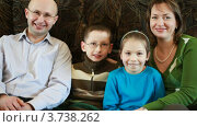 Купить «Семья сидит на диване», видеоролик № 3738262, снято 27 мая 2011 г. (c) Losevsky Pavel / Фотобанк Лори