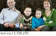 Купить «Семья сидит на диване и передают пульт друг другу», видеоролик № 3738270, снято 26 мая 2007 г. (c) Losevsky Pavel / Фотобанк Лори