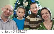 Купить «Дружная семья из четырех человек сидит возле елки», видеоролик № 3738274, снято 26 мая 2007 г. (c) Losevsky Pavel / Фотобанк Лори