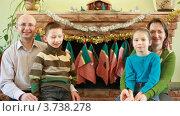 Купить «Семья сидит перед камином», видеоролик № 3738278, снято 26 мая 2007 г. (c) Losevsky Pavel / Фотобанк Лори