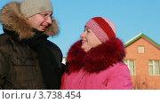 Купить «Женщина и мужчина зимой на улице», видеоролик № 3738454, снято 26 мая 2007 г. (c) Losevsky Pavel / Фотобанк Лори