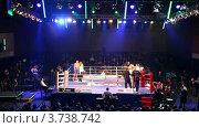 Купить «Перерыв во время боксерского поединка в зале Барвиха LUXURY VILLAGE», видеоролик № 3738742, снято 16 июля 2011 г. (c) Losevsky Pavel / Фотобанк Лори