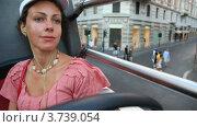 Купить «Красивая женщина едет на открытом верхнем этаже автобуса по улицам», видеоролик № 3739054, снято 13 июля 2011 г. (c) Losevsky Pavel / Фотобанк Лори