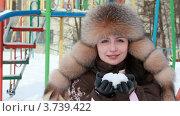Купить «Женщина в меховой шапке стоит на улице и держит снежок в руках», видеоролик № 3739422, снято 4 мая 2011 г. (c) Losevsky Pavel / Фотобанк Лори