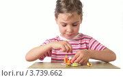 Купить «Девочка играет с игрушечной едой на белом фоне», видеоролик № 3739662, снято 10 августа 2011 г. (c) Losevsky Pavel / Фотобанк Лори