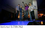 Купить «Компания друзей в боулинг клубе», видеоролик № 3739762, снято 24 июня 2011 г. (c) Losevsky Pavel / Фотобанк Лори
