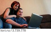 Купить «Мужчина и женщина сидят на диване и смотрят на экран ноутбука», видеоролик № 3739778, снято 4 мая 2011 г. (c) Losevsky Pavel / Фотобанк Лори