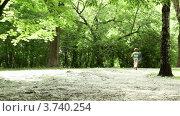 Купить «Мальчик бежит по лесной поляне застеленной пухом», видеоролик № 3740254, снято 22 июля 2011 г. (c) Losevsky Pavel / Фотобанк Лори