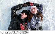 Купить «Молодая пара держится за руки, лежа на снегу», видеоролик № 3740826, снято 28 апреля 2011 г. (c) Losevsky Pavel / Фотобанк Лори