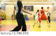 Купить «Молодые спортсмены играют в баскетбол в  Российском Университете Физкультуры, Спорта и Туризма», видеоролик № 3740910, снято 23 июня 2011 г. (c) Losevsky Pavel / Фотобанк Лори