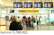 Купить «Люди проходят паспортный контроль в аэропорту в Праге», видеоролик № 3740922, снято 16 апреля 2006 г. (c) Losevsky Pavel / Фотобанк Лори