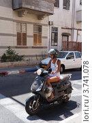 Купить «Красивая девушка на мотороллере, Тель-Авив», фото № 3741078, снято 8 августа 2012 г. (c) Олег Хмельниц / Фотобанк Лори