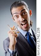 Купить «Мужчина раздавил сигареты в кулаке», фото № 3742238, снято 28 июня 2012 г. (c) Elnur / Фотобанк Лори