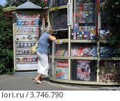 Женщина покупает книги в газетном киоске, эксклюзивное фото № 3746790, снято 9 августа 2012 г. (c) lana1501 / Фотобанк Лори