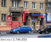 """Купить «Магазин """"Цветы 24"""", """"обмен валюты"""" на Первомайской улице. Москва», эксклюзивное фото № 3746850, снято 9 августа 2012 г. (c) lana1501 / Фотобанк Лори"""