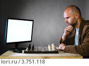 Купить «Мужчина играет в шахматы с компьютером», фото № 3751118, снято 18 сентября 2019 г. (c) Сергей Петерман / Фотобанк Лори