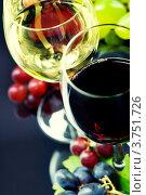 Купить «Два бокала вина и виноград на темном фоне», фото № 3751726, снято 25 июля 2012 г. (c) Наталия Кленова / Фотобанк Лори