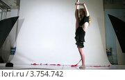 Купить «Гимнастка позирует в фотостудии, таймлапс», видеоролик № 3754742, снято 27 сентября 2011 г. (c) Losevsky Pavel / Фотобанк Лори