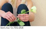 Купить «Юная девушка с белой розой в руках сидит у стены», видеоролик № 3755054, снято 6 сентября 2011 г. (c) Losevsky Pavel / Фотобанк Лори