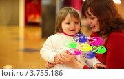 Купить «Мама с дочкой дуют на игрушечный ветряк», видеоролик № 3755186, снято 27 октября 2011 г. (c) Losevsky Pavel / Фотобанк Лори