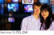 Купить «Пара стоит прижавшись друг к другу, а затем он целует её», видеоролик № 3755294, снято 25 ноября 2011 г. (c) Losevsky Pavel / Фотобанк Лори