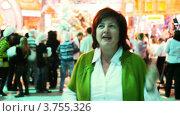 Купить «Женщина танцует на новогоднем празднике в студии, крупный план», видеоролик № 3755326, снято 25 ноября 2011 г. (c) Losevsky Pavel / Фотобанк Лори