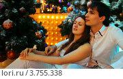 Купить «Пара сидит обнявшись около заснеженной Рождественской елки и мигающих лампочек», видеоролик № 3755338, снято 30 ноября 2011 г. (c) Losevsky Pavel / Фотобанк Лори