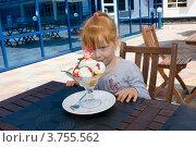 Купить «Ребенок смотрит на вазу с мороженым», фото № 3755562, снято 3 июня 2012 г. (c) Олег Хархан / Фотобанк Лори